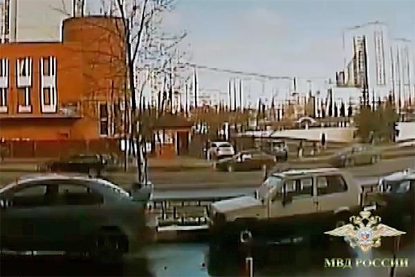 Спасавшийся отвымогателей шофёр  врезался вворота отдела милиции  вЗеленограде